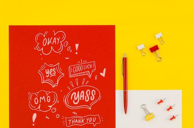 Kompozycja płasko świeckich z makiety karty na żółtym tle