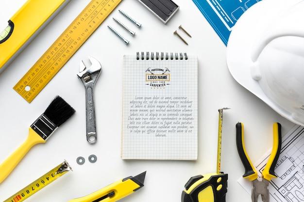 Kompozycja różnych narzędzi naprawczych z makietą notatnika