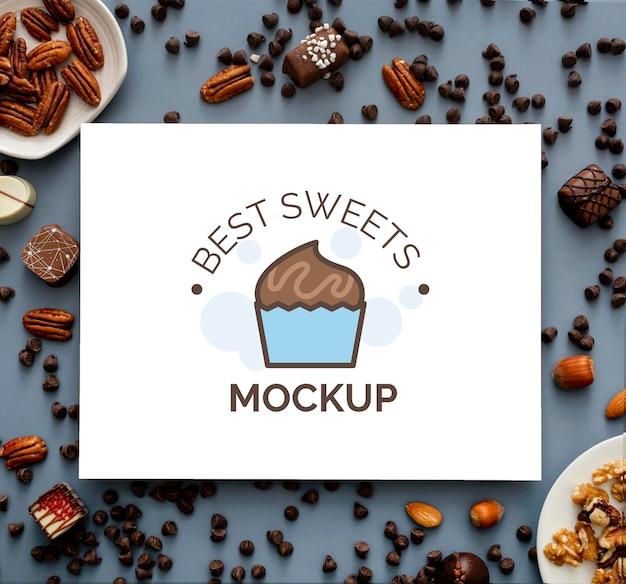 Kompozycja słodkich cukierków z makietą