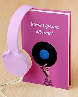 Kompozycja z makietą okładki książki i słuchawkami