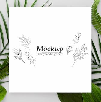 Kompozycja zielonych liści z makietą