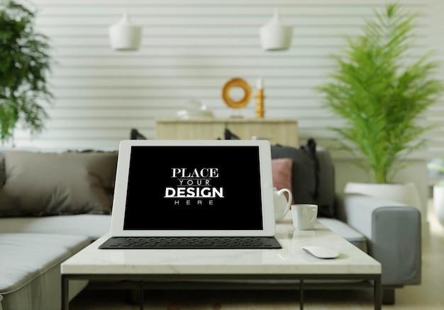 Komputer typu tablet na makiecie stołu