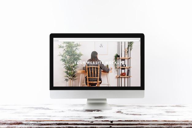 Komputerowy mockup na drewnianym biurku