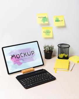 Koncepcja biurka z makietą karteczek samoprzylepnych