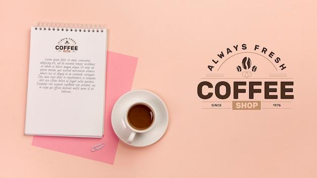 Koncepcja biurka z makietą kawy