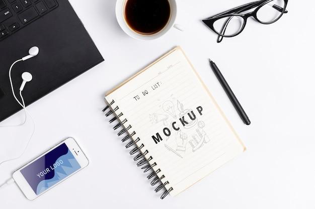 Koncepcja biurka z nowoczesnymi urządzeniami