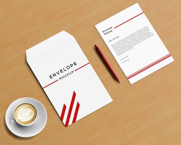 Koncepcja papeterii z makieta koperty i kawy