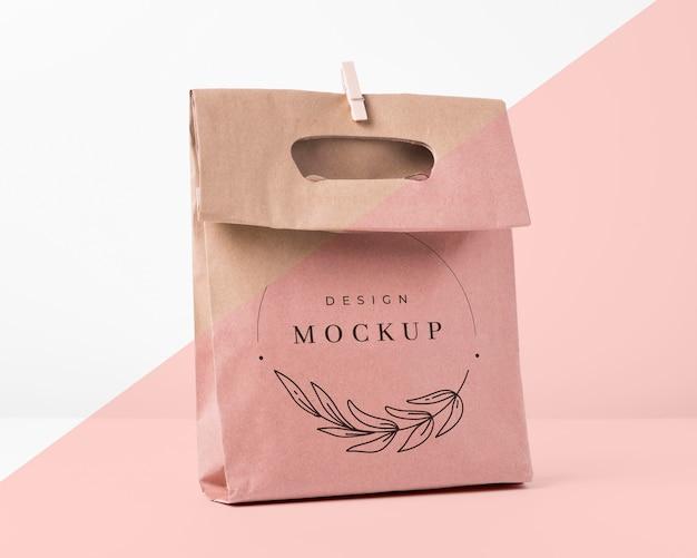 Koncepcja papierowej torby z makietą