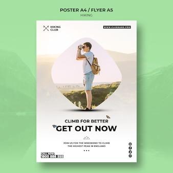Koncepcja plakat piesze wycieczki z mężczyzną i lornetki