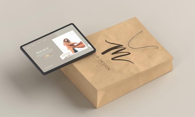 Koncepcja zakupów z tabletem i torbą pod wysokim kątem