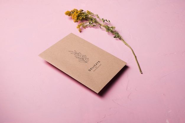 Koperta o wysokim kącie z kwiatkiem