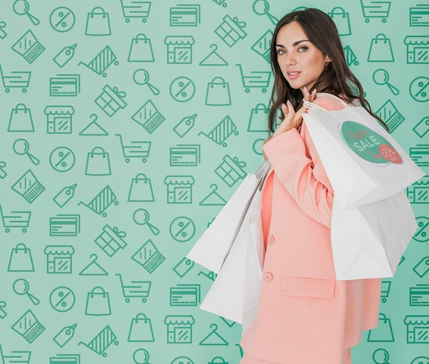 Kopiowanie miejsca piękna kobieta trzyma torby na zakupy