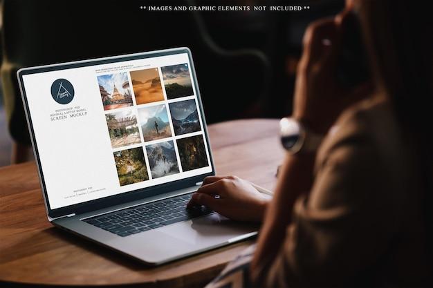 Korzystanie z laptopa i telefonu komórkowego na makiecie interfejsu użytkownika na biurku