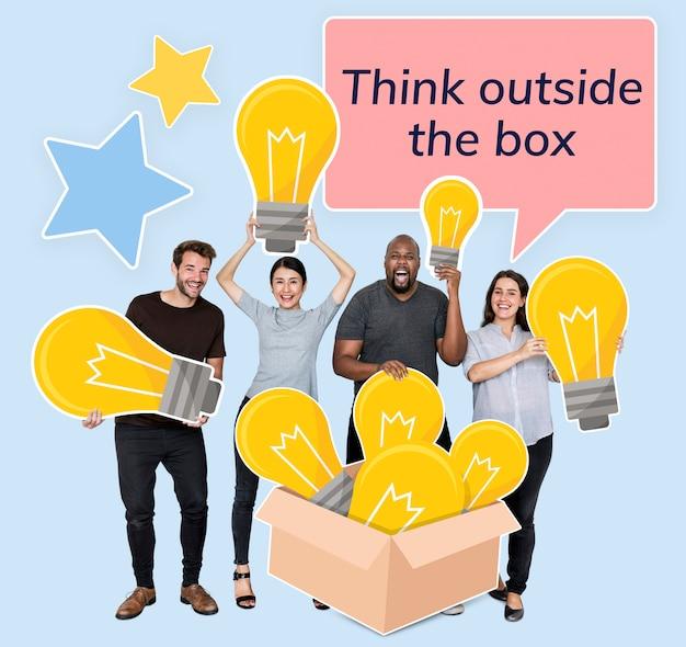 Kreatywni ludzie myślący po wyjęciu z pudełka