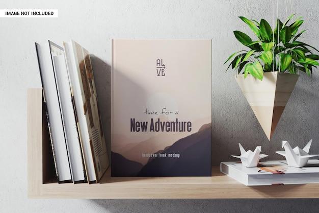 Książka w twardej oprawie na makiecie półki na książki