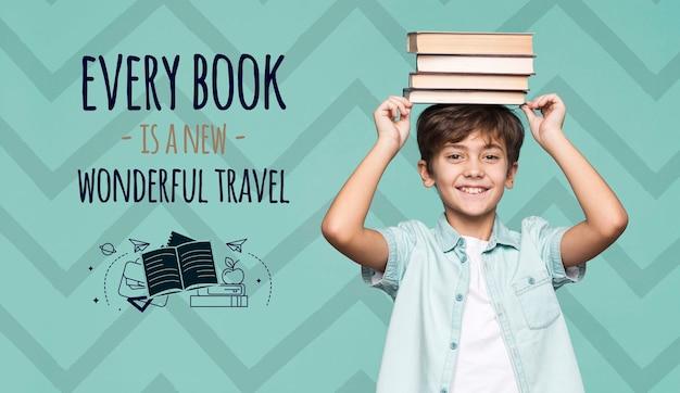 Książki to podróże makiety młodego uroczego chłopca