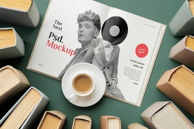 Książki z widokiem z góry i układ filiżanek kawy