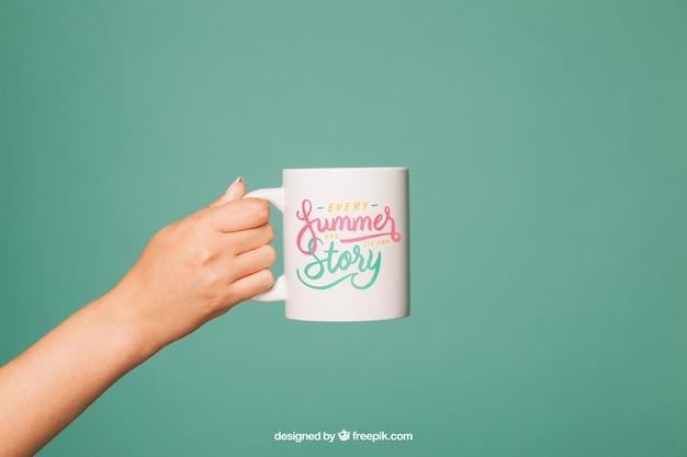Kubek kawy mockup z ramieniem