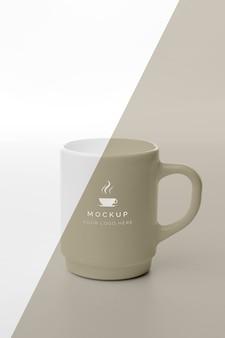 Kubek z kawą makiety na stole