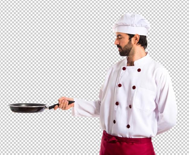 Kucharz trzyma patelnię