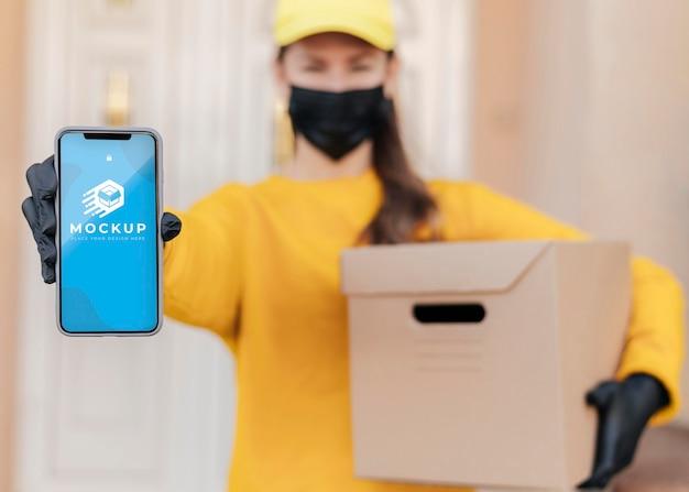 Kurier trzymający makietę telefonu
