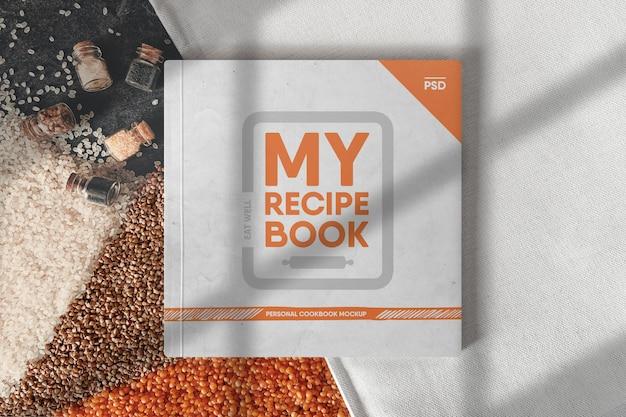 Kwadratowa książka na makiecie sceny stołu kuchennego