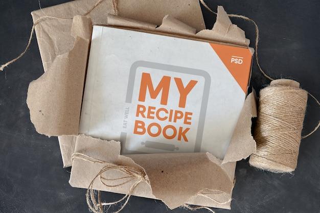Kwadratowa książka w makiecie z rozdartego papieru pakowego
