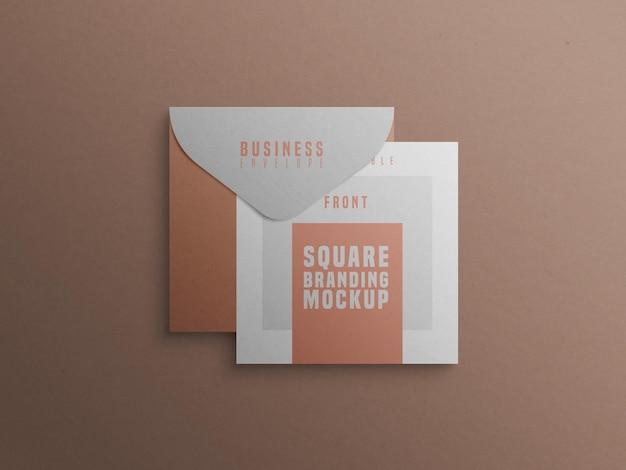 Kwadratowa makieta marki z wizytówką i kopertą