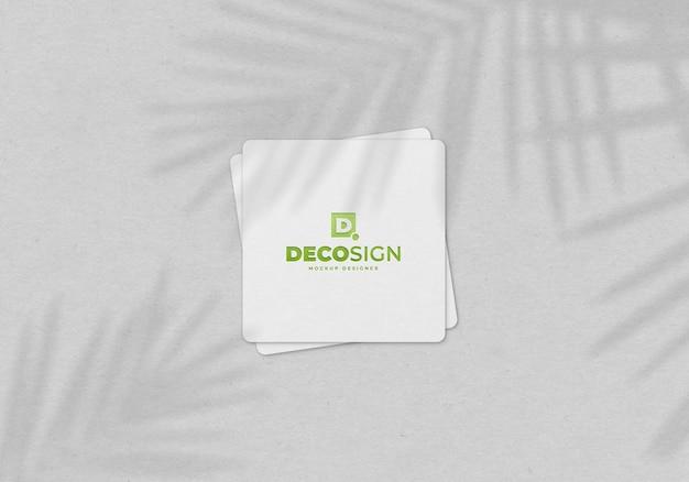 Kwadratowa wizytówka makieta z wytłoczonym logo