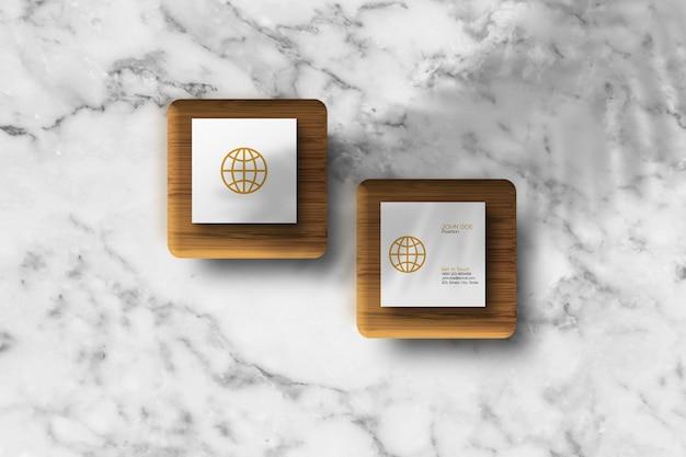 Kwadratowa wizytówka na drewnianej kostce makieta