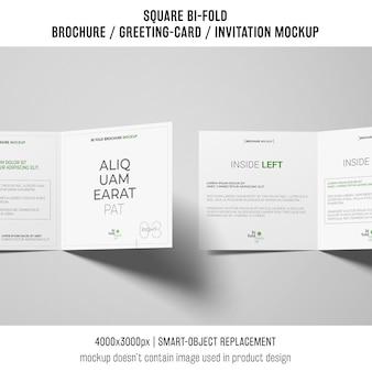 Kwadratowy bi krotnie broszura lub makieta karty z pozdrowieniami z dwóch na białym tle