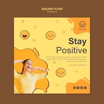 Kwadratowy szablon ulotki z pozytywnym