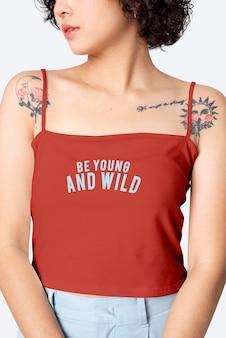 Kwadratowy top psd makieta w kolorze czerwonym z inspirującym cytatem sesja mody damskiej