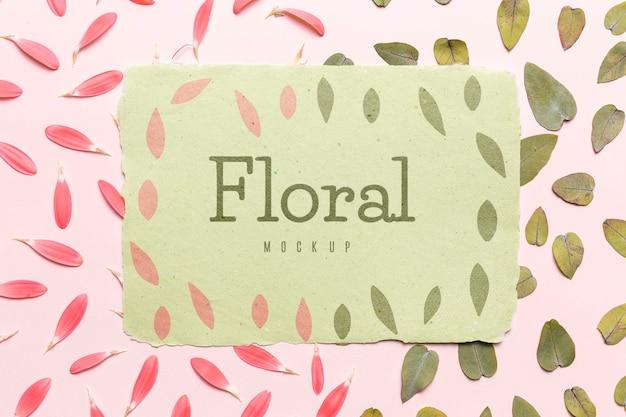 Kwiatowa makieta z liśćmi i płatkami