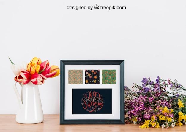 Kwiatowy makieta ramki na stole