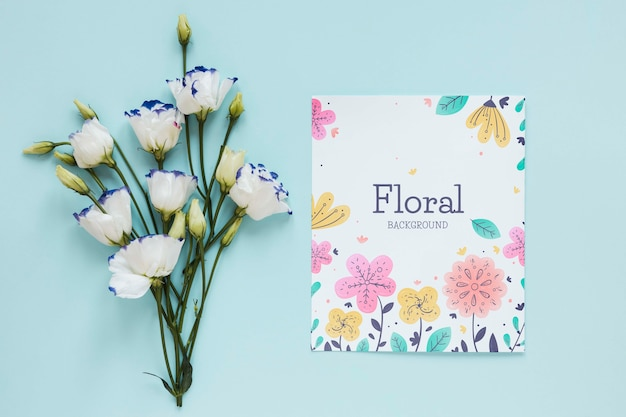 Kwiaty i kartkę z życzeniami na stole