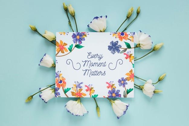 Kwiaty i kartkę z życzeniami