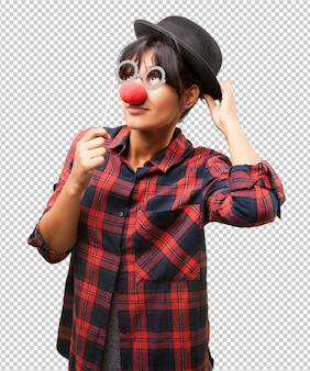 Łacińska dziewczyna ubrana w ubrania klauna