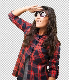 Łacińska kobieta nosi okulary przeciwsłoneczne
