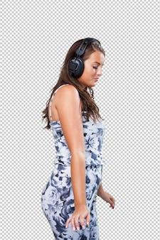 Ładna kobieta tańczy ze słuchawkami