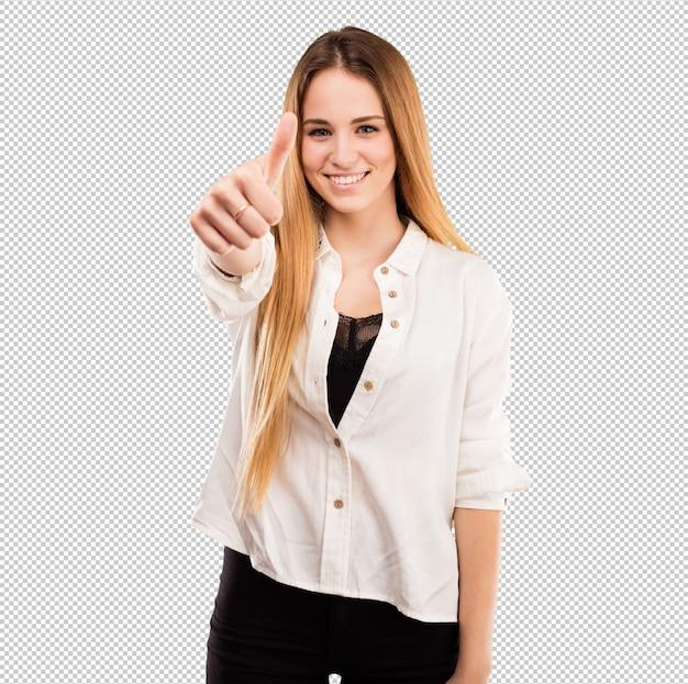 Ładna młoda kobieta robi ok gestowi