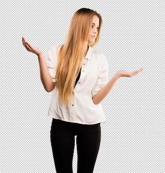 Ładna młoda kobieta robi równowaga gestowi