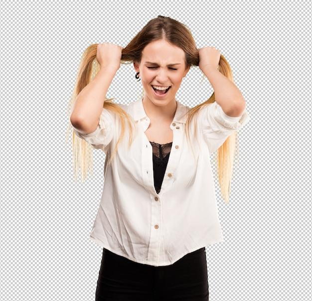 Ładna młoda kobieta rozciąga jej włosy