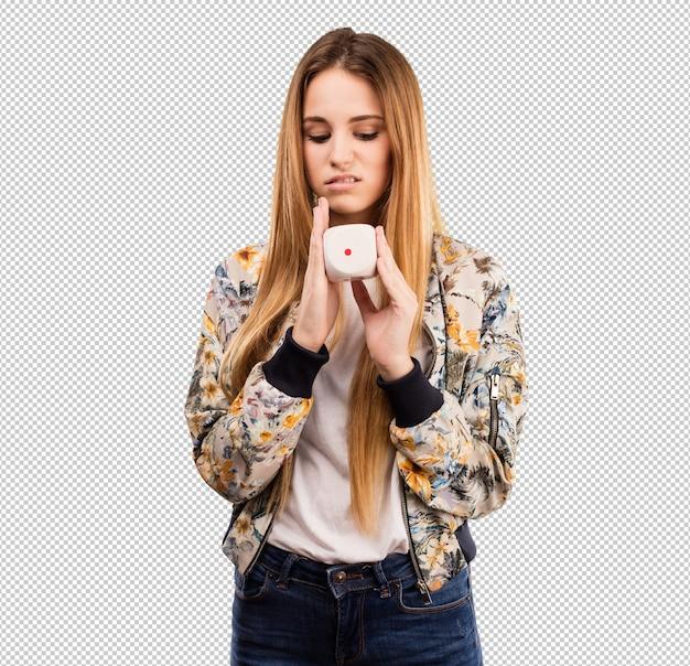 Ładna młoda kobieta trzyma kostka do gry