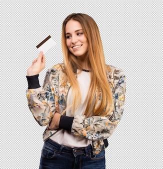 Ładna młoda kobieta używa kredytową kartę