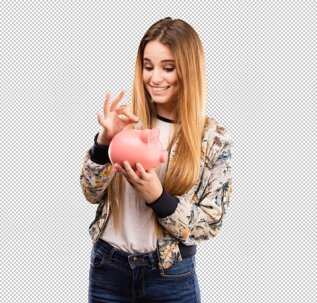 Ładna młoda kobieta używa prosiątko banka