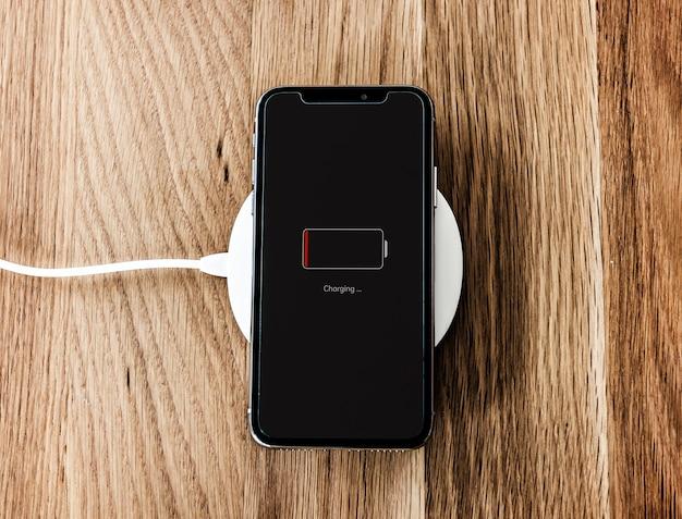 Ładowanie smartfona o niskim poziomie naładowania baterii