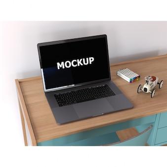 Laptop na biurku makieta