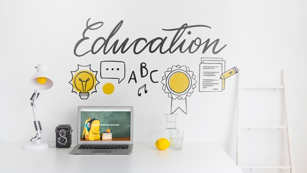 Laptop z ekranem makiety w czystym i schludnym miejscu do pracy. temat edukacji