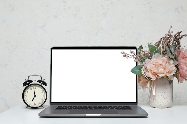 Laptop z pustym pustym ekranem
